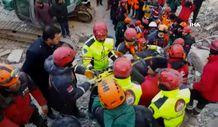 Elazığ'da yaşlı kadın 13 saat sonra enkazdan sağ çıkarıldı