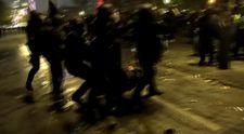 Fransız polisi göstericileri yerlerde sürükledi
