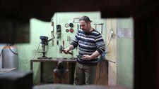Geleneksel Türk kılıçlarını yeniden üretiyor