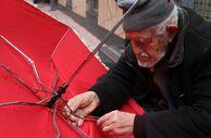 90 yaşında gözlük kullanmadan şemsiye tamir ediyor