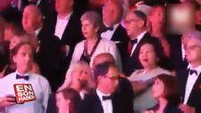 İngiltere Başbakanı May dans etti