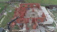 Haçka Yaylası'nda yıkılan evini yeniden inşa etti
