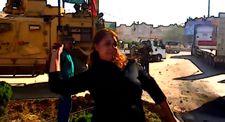Hain Amerika diye bağırıp askeri araçları taşlayan kadın terörist