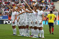 Amerikalı kadın futbolculardan gol sonrası asker selamı