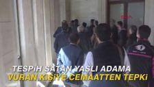 Tespih satan yaşlı adama vuran kişiye cemaatten tepki