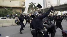Hong Kong'da polis ve göstericiler birbirlerine saldırdı