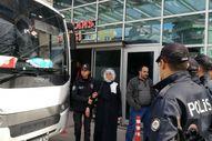Cezaevi önünde toplanan göstericilere polis müdahale etti