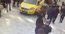 İstiklal Caddesi'nde yürüyen turist kadına taksi çarptı
