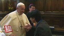 Papa yüzüğünü öptürmedi