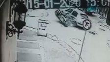Kadıköy'de motosiklet ve otomobil çarpıştı