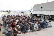 Kamyon kasasında 100 göçmen yakalandı