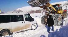 Siirt'te karda mahsur kalan 2 yolcu minibüsü kurtarıldı
