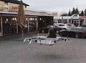 Kendi tasarladığı drone ile alışverişe giden adam