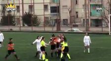 Kırmızı kart gören kadın futbolcu hakeme saldırdı
