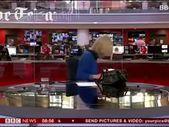 BBC spikeri canlı yayına saç tarayarak başladı