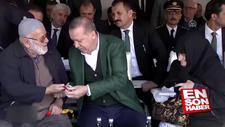 Erdoğan yaşlı adama tesbih hediye etti