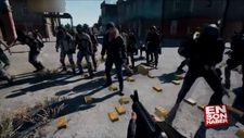 PUBG oyununda mermisi biten kadının yardımına koşan erkekler