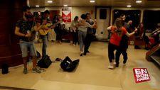 Vapurda müzik yapan müzisyenlere danslarıyla eşlik ettiler