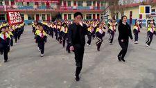 Öğrencilerine boş vakitlerinde shuffle dansı öğreten öğretmenler