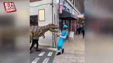 Londra sokaklarında dinozor şakası