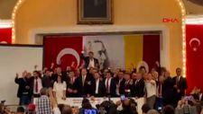 Burak Elmas ve yönetim kurulunun seçim kutlaması