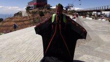 Fethiye'de yarasa adam diye tanınan genel müdür işinden evine uçarak gidiyor