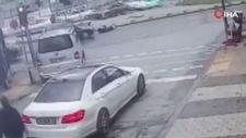 Maltepe'de yeşil ışıkta karşıya geçen gence araba çarptı