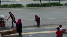 Ankara'da polis, yaşlı kadının ağır eşyalarını taşıdı