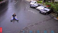 İstanbul'da motosikletten düşen sürücü kayarak ilerledi