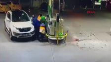 Fatih'te otomobil yakıt alan motokuryeye çarptı