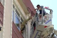 İstanbul'da kendini odaya kilitleyen çocuğu itfaiye kurtardı