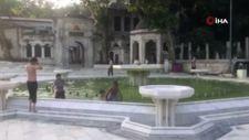 İstanbul'da çocuklar, süs havuzunda serinledi