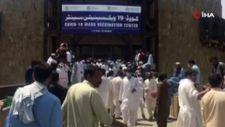 Pakistan'da aşılama merkezinde izdiham