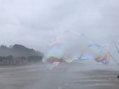 Sahilde dev baloncuk yapan adam