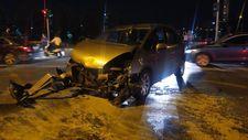 Kağıthane'de ticari taksi ile otomobilin çarpıştı