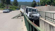 Karabük'te freni boşalan kamyonet su kanalında asılı kaldı