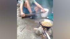 Pişirdiği yemeğe ayağını çarpan talihsiz adam