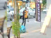 Kahramanmaraş'ta bir kişi, kaldırımdaki çöp kutusunu söküp götürdü