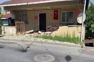 Ümraniye'de otomobil evin duvarına çarptı