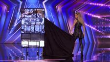 Fransız sihirbaz Lea Kyle'ın hızlı kostüm değiştirme gösterisi