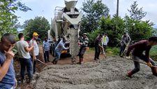 Giresun'da bakımsız kalan yol, bölgenin gençleri tarafından betonlandı