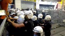 İstanbul Sözleşmesi protestosunda LGBT destekçileri polis barikatlarını yıktı