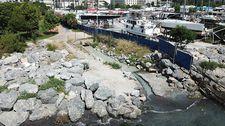 Kadıköy'de denize akan renkli su