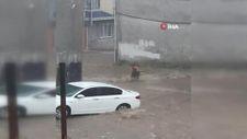 Bursa'da aniden bastıran yağmur çocukları sürüklüyordu