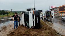 Zonguldak'ta devrilen kamyonette sıkışan yolcuyu itfaiye kurtardı