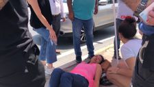 Avcılar'da otomobilin çarptığı kadına seyyar satıcı şemsiye ile gölge yaptı