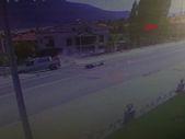 Denizli'de motosikletlinin ağır yaralandığı kaza kameraya yansıdı