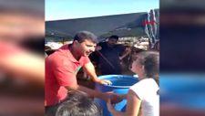 İzmir'de babasıyla kurban pazarına gelen çocuğun pazarlık anları