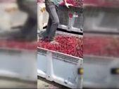 Afyonkarahisar'da meyve suyu tesisinde meyvelerin üzerine ayakkabıyla bastılar