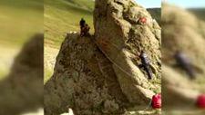 Ardahan'da kayalıklarda mahsur kalan inek, halatla kurtarıldı